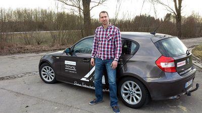 Reiner Schurig vor dem BMW der Fahrschule Schurig